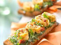 Omelettröllchen mit Rucola auf Röstbrot