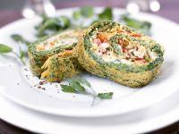 Omelettrolle mit Lachs und Gemüse gefüllt Rezept
