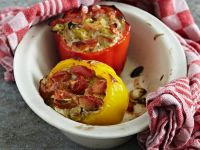 Paprika mit Käse-Gemüse-Füllung