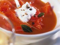 Paprika-Tomatensuppe mit Wacholderrahm Rezept