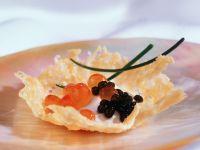 Parmesanschälchen mit Kaviar und Sauerrahm Rezept