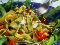 Pasta mit Bärlauchpesto, Tomaten und Pinienkernen Rezept
