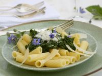 Pasta mit Borretschsoße und Parmesan Rezept
