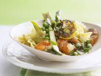 Pasta mit grünem Spargel, Erbsen und Shrimps