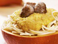 Pasta mit Kürbissoße und Hackfleischbällchen