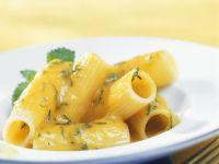Pasta mit Kürbissoße und Zitronenmelisse