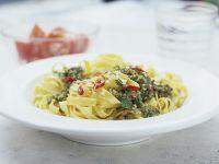 Pasta mit Pesto aus Petersilie und Chili Rezept
