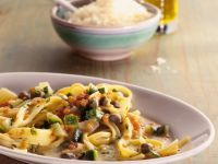 Pasta mit roten Linsen, Kapern und Zucchini Rezept