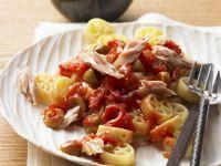 Pasta mit Tomatensauce und Thunfisch