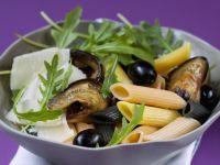 Pastasalat mit Oliven, Rauke, Parmesan und Auberginen