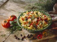 Pastasalat mit Schinken, Oliven, Mozzarella, Kapern und Tomaten