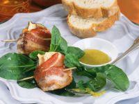 Pecorino-Feige im Speckmantel mit Feldsalat