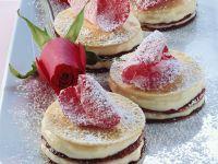 Pfannkuchentörtchen mit Rosencreme Rezept