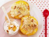 Pfirsiche mit Mandelfüllung und Honig-Joghurt-Soße Rezept