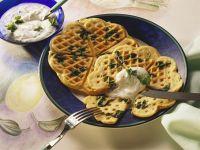 Pikante Spinatwaffeln mit Kräutercreme Rezept
