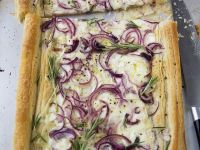 Pikanter Blätterteigkuchen mit Käse