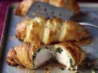 Pikantes Croissant mit Hähnchen und Spinat gefüllt