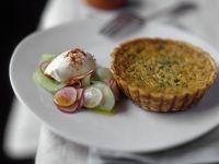Pikantes Törtchen mit Gurkensalat Rezept