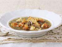 Pilzsuppe mit Lauch und Käse-Brotwürfeln Rezept