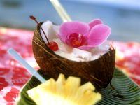 Pina Colada in einer Kokosnusshälfte