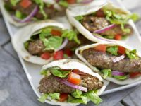 Pita mit Lammfrikadellen und Salat Rezept