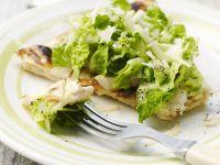 Pizza mit Cesar Salad Rezept