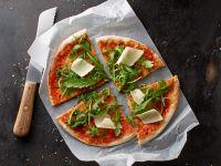 Pizza mit Tomaten, Rucola und Parmesan Rezept