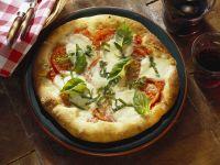 Pizza mit Tomaten und Mozzarella (Margarita)