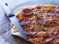 Pizza mit Wurst und Kräutern Rezept