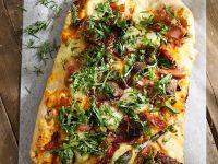 Pizza vom Blech mit Schinken, Tomaten, Champignons und Mozzarella Rezept