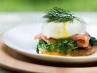 Pochierte Eier mit Lachs und Spinat Rezept