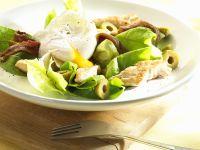 Pochiertes Ei auf mediterranem Salat