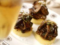 Polentahäppchen mit Egerlingen Rezept