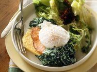 Polentaschnitten mit Salat und Ei Rezept