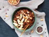 Porridge mit Banane, Schokolade und Erdnüssen Rezept