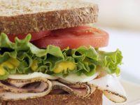 Puten-Sandwich mit Tomaten, Salat und Senf Rezept