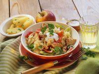 Putengulasch mit Sauerkraut, Paprika und Äpfeln Rezept