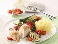 Putenröllchen mit Zucchini-Tomaten-Gemüse und Reis Rezept