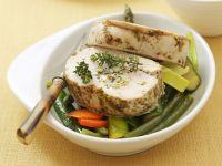 Putenroulade mit Kräuterkäse und Erbsen gefüllt dazu Gemüse Rezept
