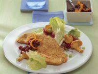 Putenschnitzel mit Haselnüssen paniert dazu Salat und Pilze Rezept