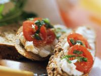 Quark mit Tomaten auf Brot Rezept