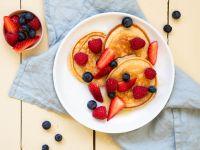 Quark-Pancakes mit Obstsalat