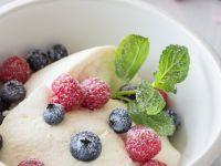 Quark-Vanille-Mousse mit frischen Beeren Rezept