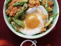 Quinoa mit grünem Spargel und Spiegelei, dazu Ajvar Rezept