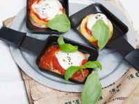 Raclette mit Polenta-Caprese