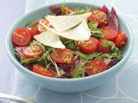 Radicchio-Rucola-Salat mit Cherrytomaten und Parmesan Rezept