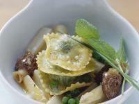 Ravioli mit Erbsenfüllung dazu Morcheln und weißer Spargel Rezept