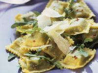 Ravioli mit Rucola und Parmesan
