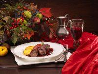 Rehfilet mit Rotweinäpfeln und Polentaplätzchen