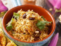 Reis mit Gewürzen, Rosinen und Pinienkernen Rezept